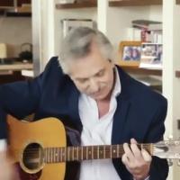 Además de político y profesor, también canta y toca la guitarra